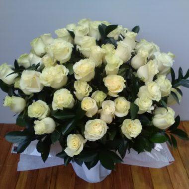 Jarrón de rosas decorado